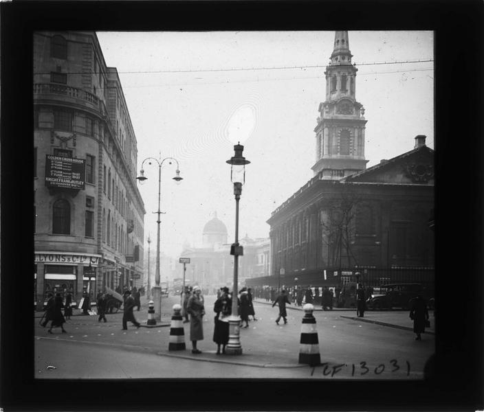 Ensemble sur rue animée et coupole de la National Gallery en arrière-plan