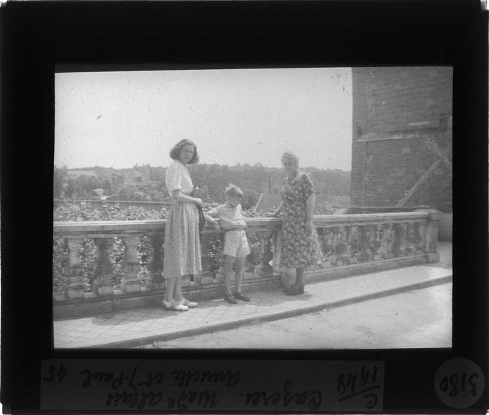 Portrait de Madame Allais, Annette et Jean-Paul appuyés contre une balustrade