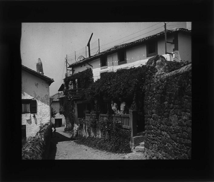 Façade et terrasse donnant sur le chemin d'Aruntzet et deux personnes