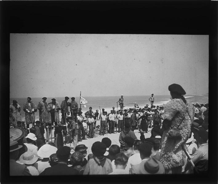 Fête landaise : plage avec bergers sur échasses et danseurs