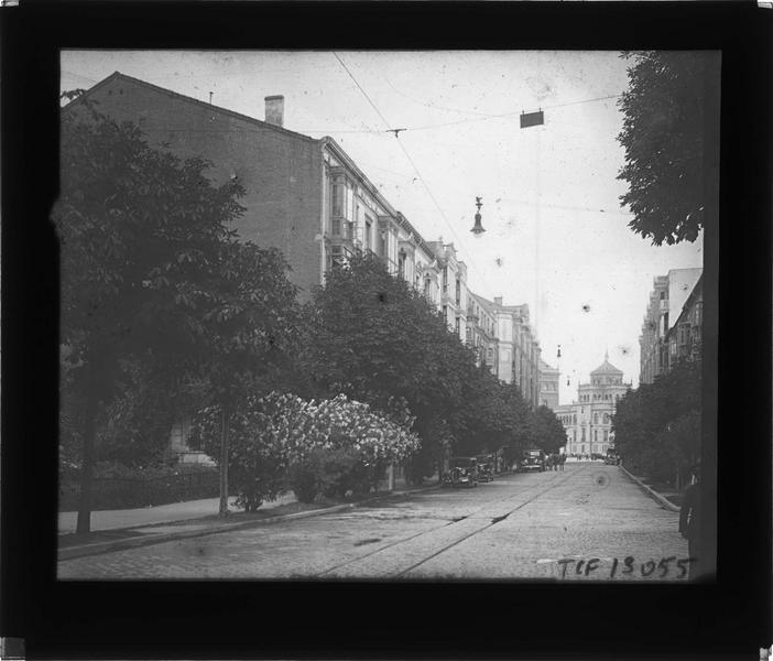 Façades sur rue et Académie de cavalerie en arrière-plan