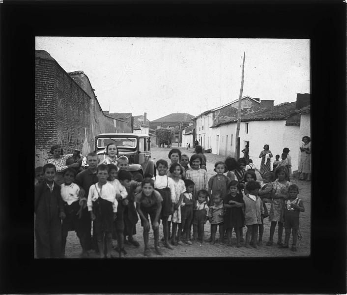 Portrait d'un groupe : enfants dans une rue