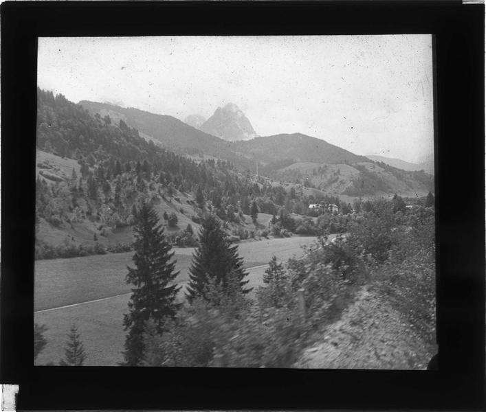 Paysage de montagne : sommet du Waxenstein depuis le train