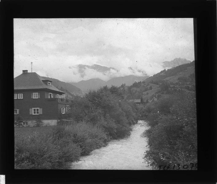 Rivière Partnach longeant les maisons et montagne en arrière-plan