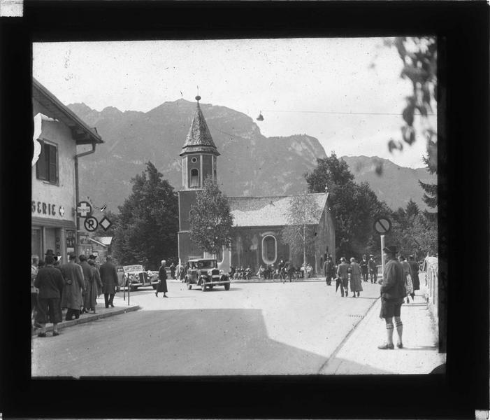 Ensemble sud sur rue animée (Ludwigstrasse) et montagne en arrière-plan