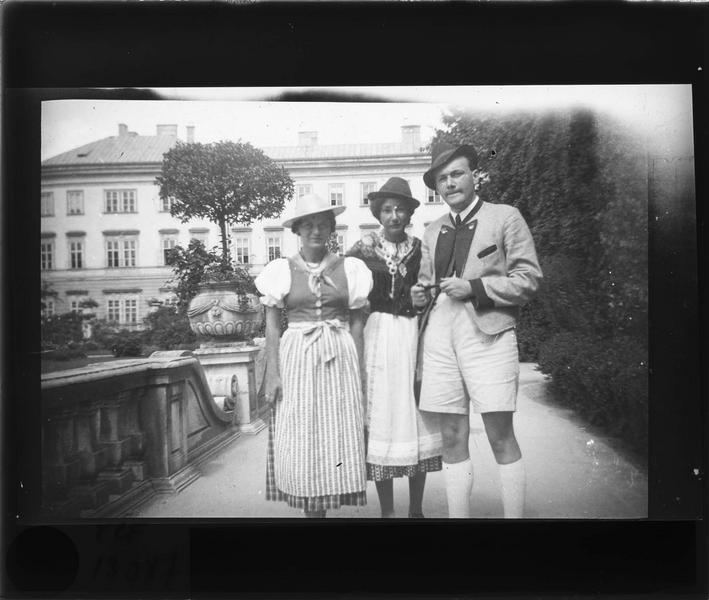 Portrait de trois personnes en costumes traditionnels dans le jardin