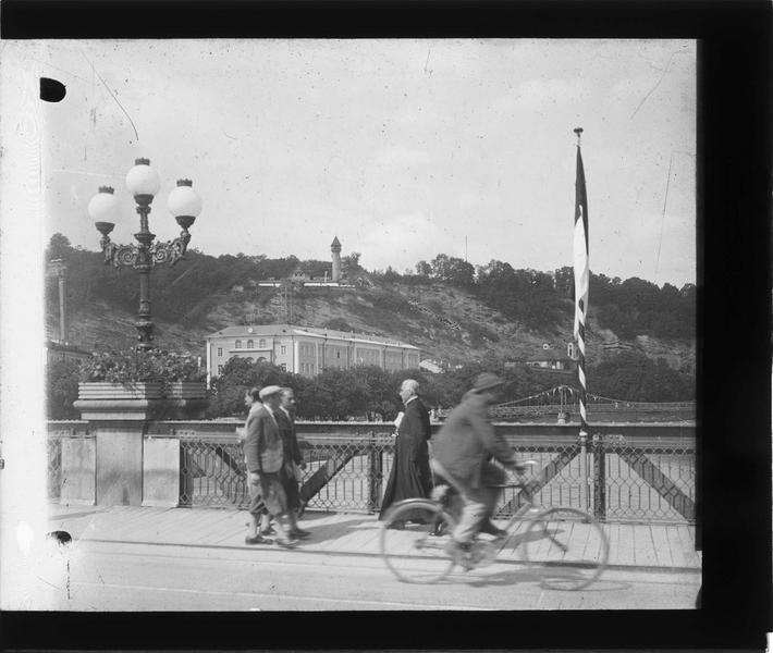 Vue depuis le pont animé et Mönschsberg en arrière-plan