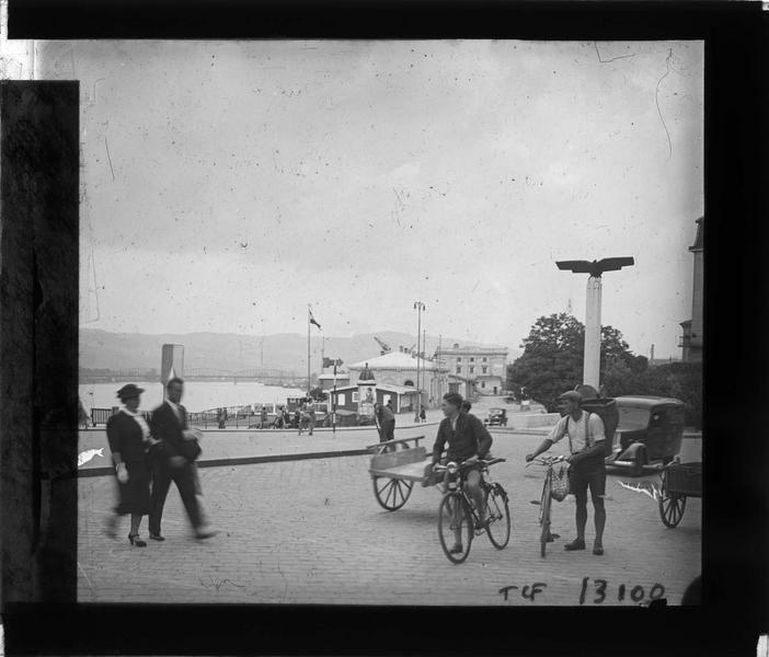 Quai, vue animée et pont Eisenbahn en arrière-plan