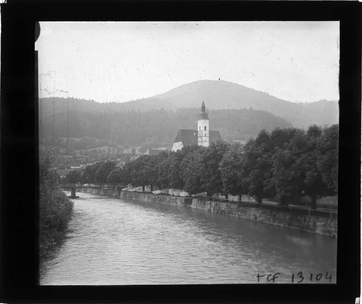 Rivière et clocher de l'église depuis un pont, côté sud-ouest
