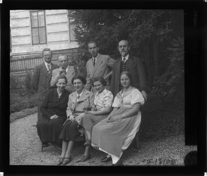 Portrait de la famille Nitolesky posant dans un jardin