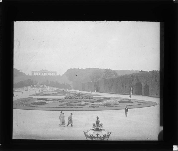 Parc, vue animée avec fontaine de Neptune et Gloriette en arrière plan