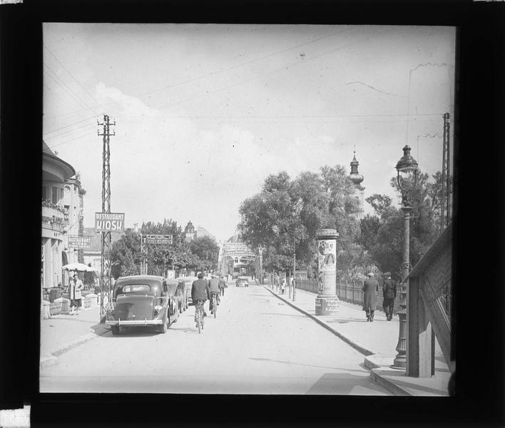Rue animée avec cyclistes, voitures et piétons