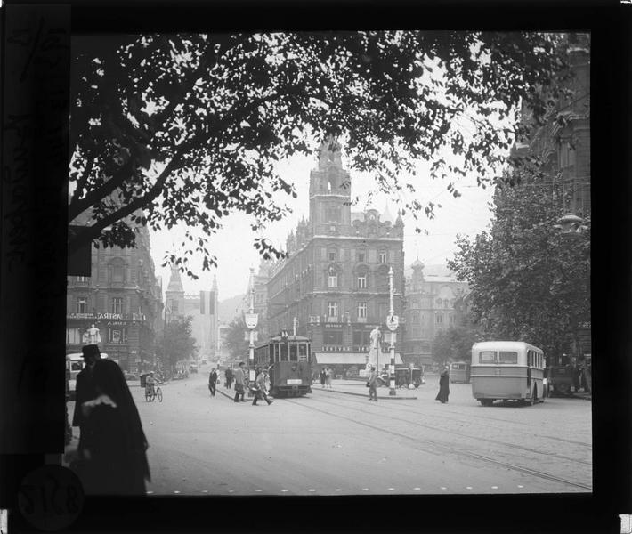 Façades sur rue animée avec passants et tramway