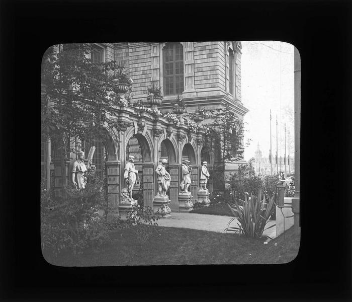 Cour d'honneur avec arcature et statues