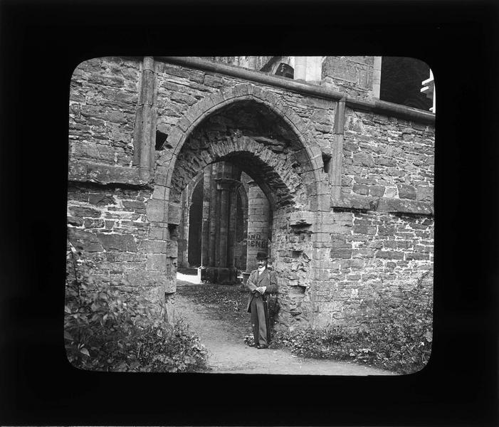 Eglise abbatiale, portail en ruines