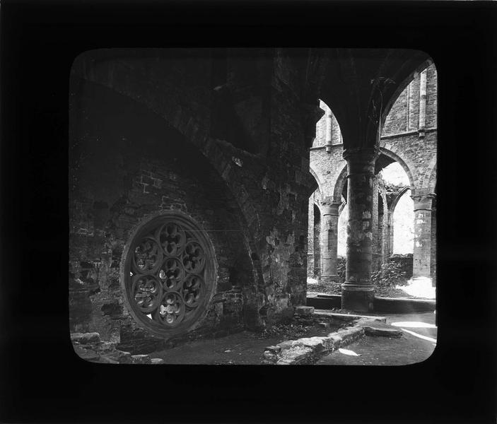 Eglise abbatiale, intérieur : transept sud, rosace donnant sur l'emplacement du tombeau de Gobert d'Aspremont