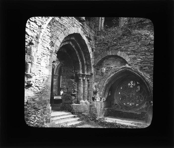 Jonction de la galerie est du cloître et du transept sud de l'église abbatiale, avec rosace à l'emplacement du tombeau de Gobert d'Aspremont