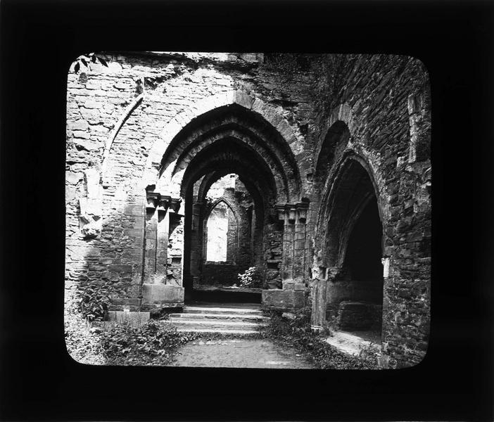 Cloître, porte de la galerie est en ruines
