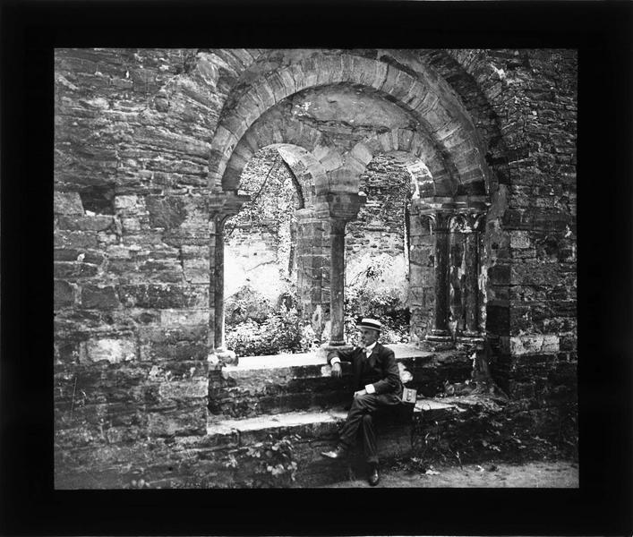 Salle du chapitre, intérieur : homme assis à la fenêtre donnant sur le cloître