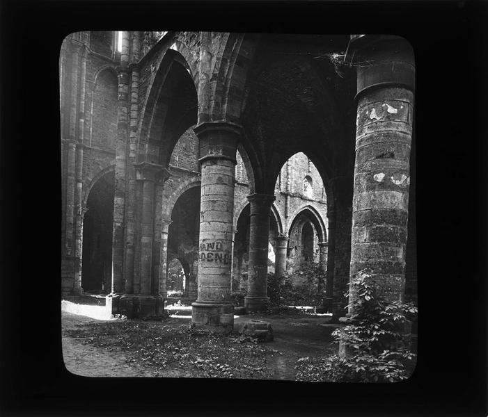 Eglise abbatiale, intérieur : transept nord vers la nef en ruines