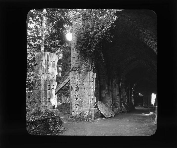 Cloître, galerie menant aux dortoirs en ruines