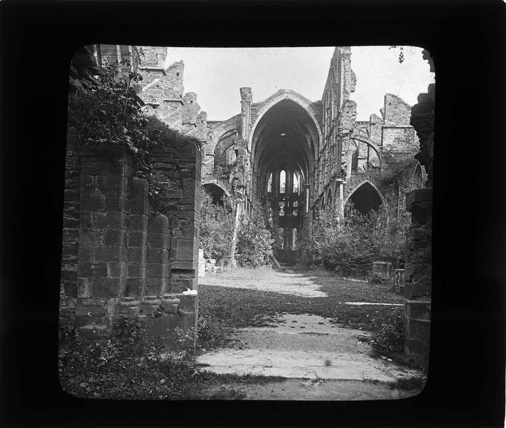 Eglise abbatiale, portail ouest vers le choeur en ruines envahi par la végétation