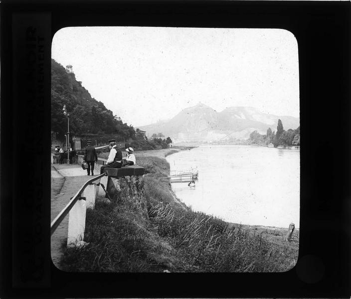Drachenfels depuis les rives du Rhin, vue animée