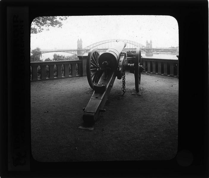 Canon à Alter Zoll et pont en arrière-plan