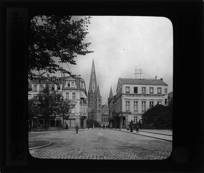Façades sur rue animée et cathédrale Saint-Martin (Bonner Münster) en arrière-plan