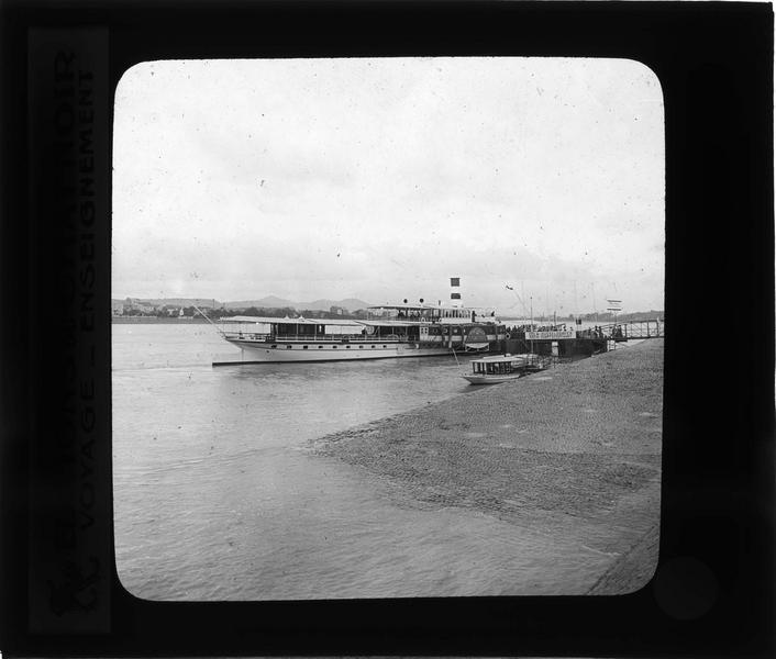 Ensemble avec bateau à vapeur depuis le quai