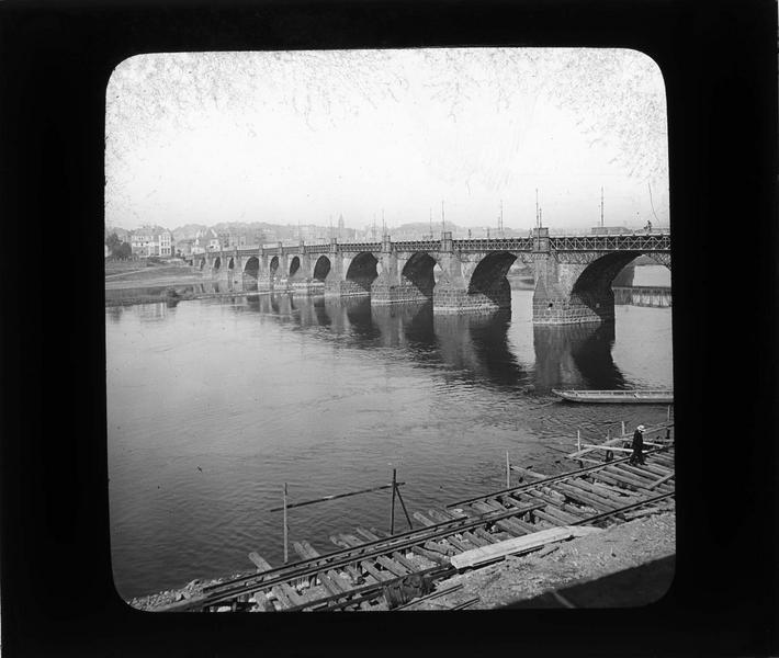 Pont voûté en pierre sur la Moselle depuis le quai