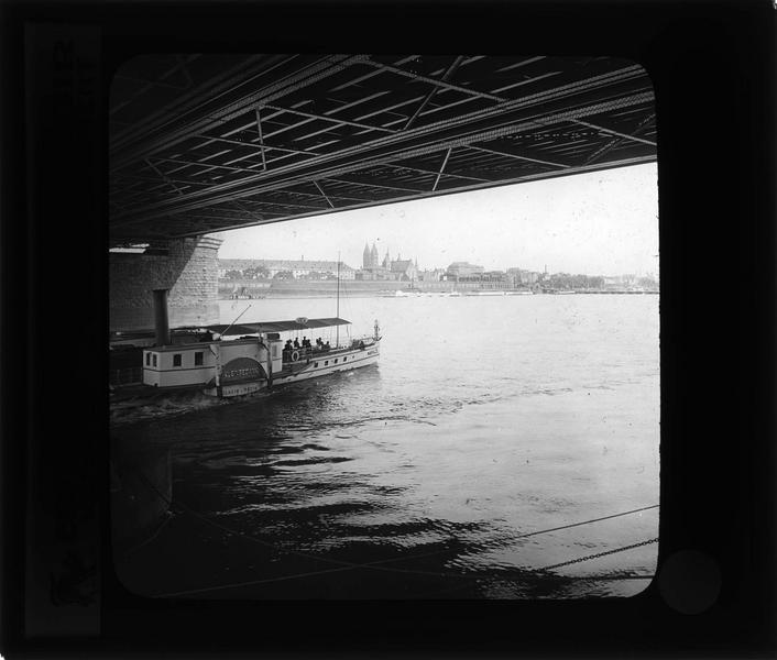 Ensemble sur le Rhin avec bateau