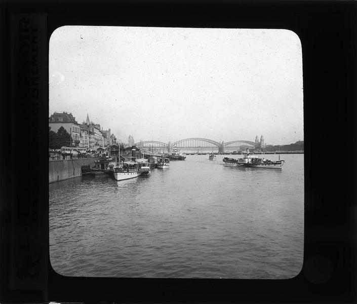 Ensemble sur le Rhin avec bateaux