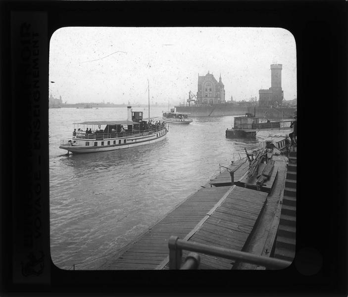 Entrée du port sur le Rhin et bateaux