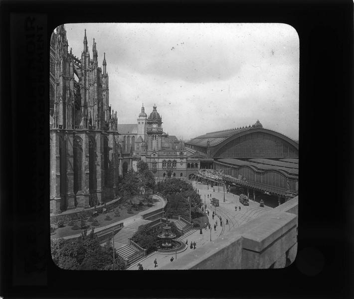 Vue en plongée sur rue animée et vue partielle de l'abside de la cathédrale