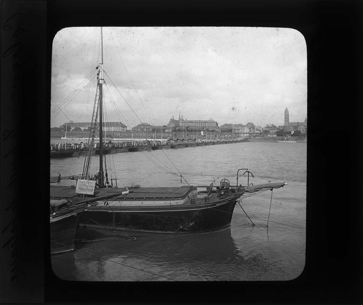 Pont et bateaux au premier plan