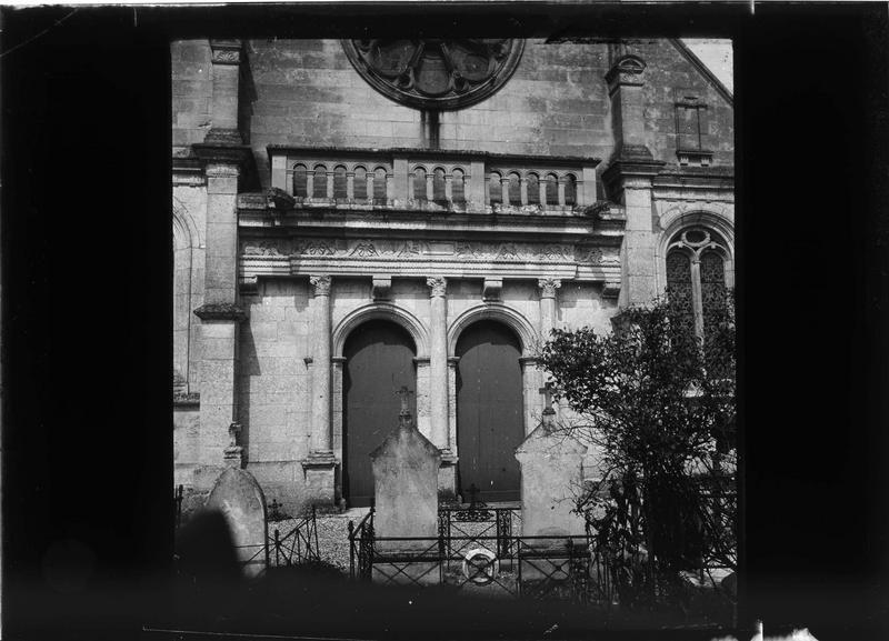 Façade ouest, portail et stèles au premier plan