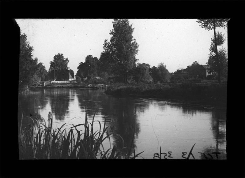 Bords de l'Eure et pont en arrière-plan