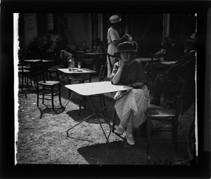 Portrait d'une femme (Gabrielle) attablée à la terrasse d'un café
