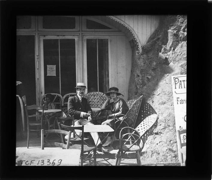 Portrait d'un homme et d'une femme (Jean et Gabrielle) attablés à la terrasse d'un café