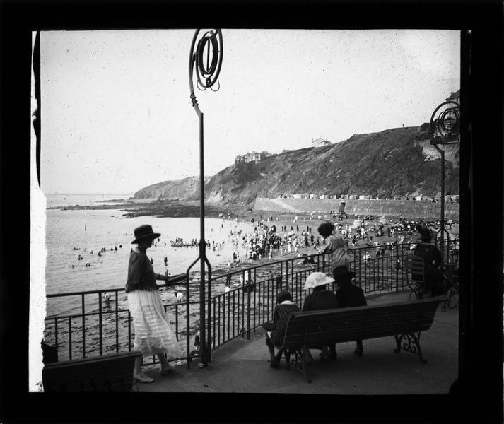 Terrasse du casino, vue sur la plage animée