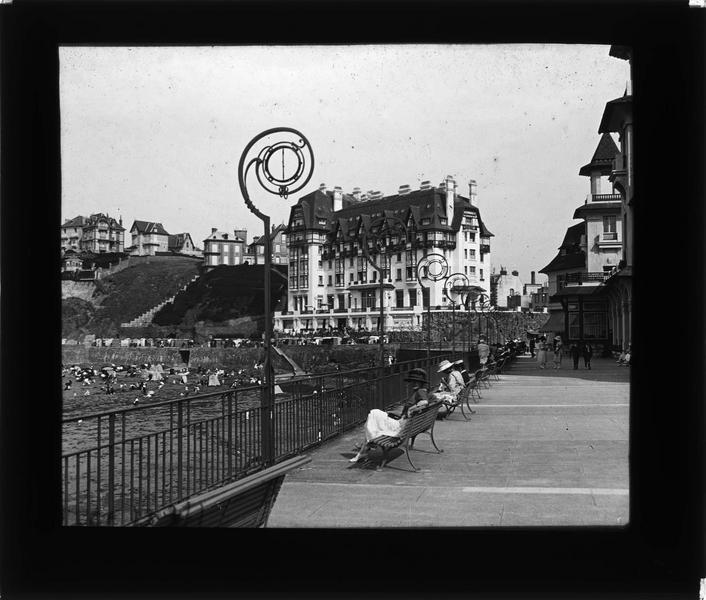 Terrasse du casino, vue sur le Normandy-Hôtel et la plage animée à marée haute