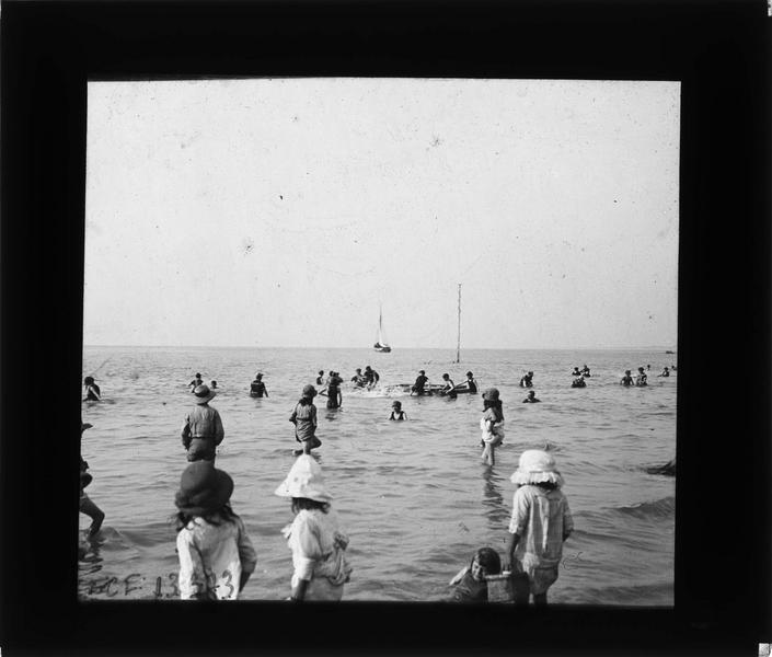 Bord de mer, vue animée avec baigneurs