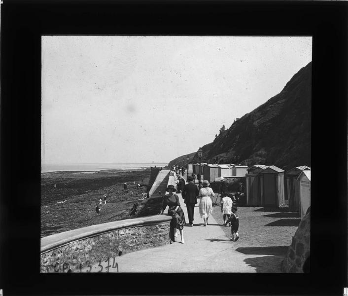 Promenade avec cabines de plage, vue animée