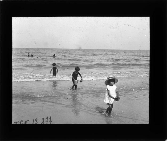 Enfants jouant en bord de mer