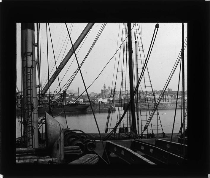 Vue prise d'un bateau avec ville en arrière-plan
