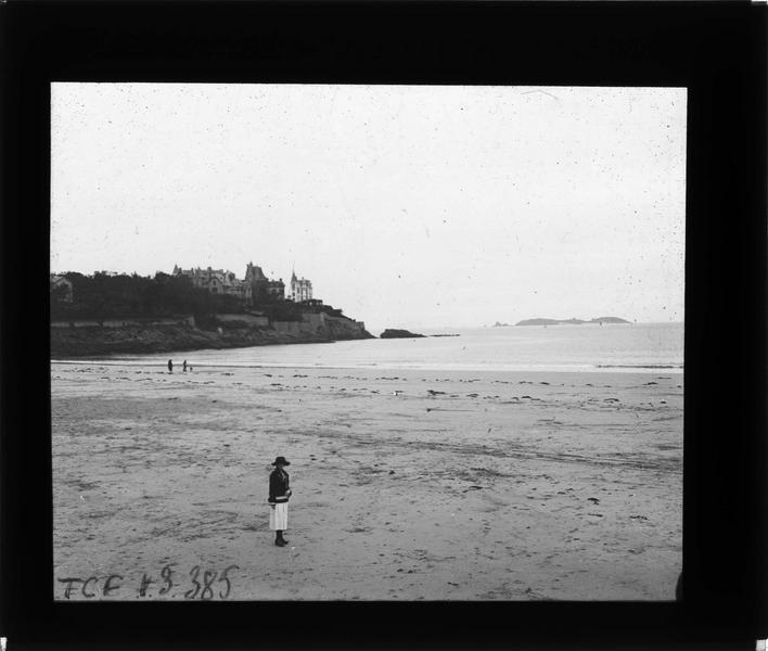 Pointe de la Malouine depuis la plage et femme (Gabrielle)