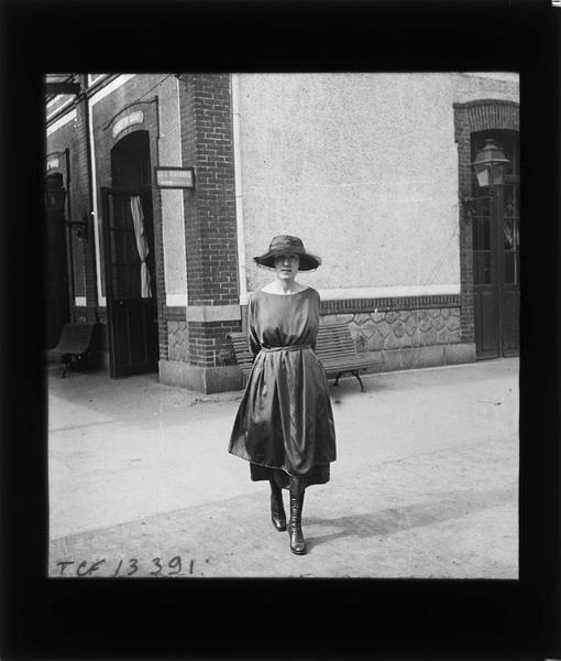 Portrait d'une femme (Gabrielle) posant près du café de la gare
