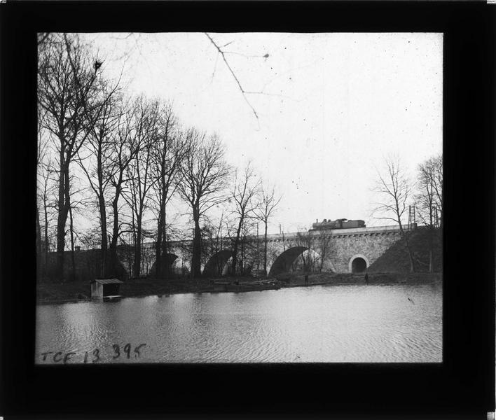 Ensemble avec train à vapeur depuis les bords de la Marne