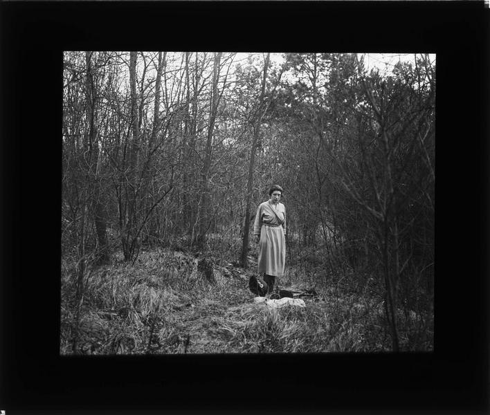 Portrait d'une femme (Gabrielle) posant dans les bois